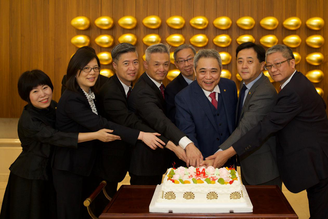 主管们代表全体同仁切下蛋糕,一同分享生日的喜悦~