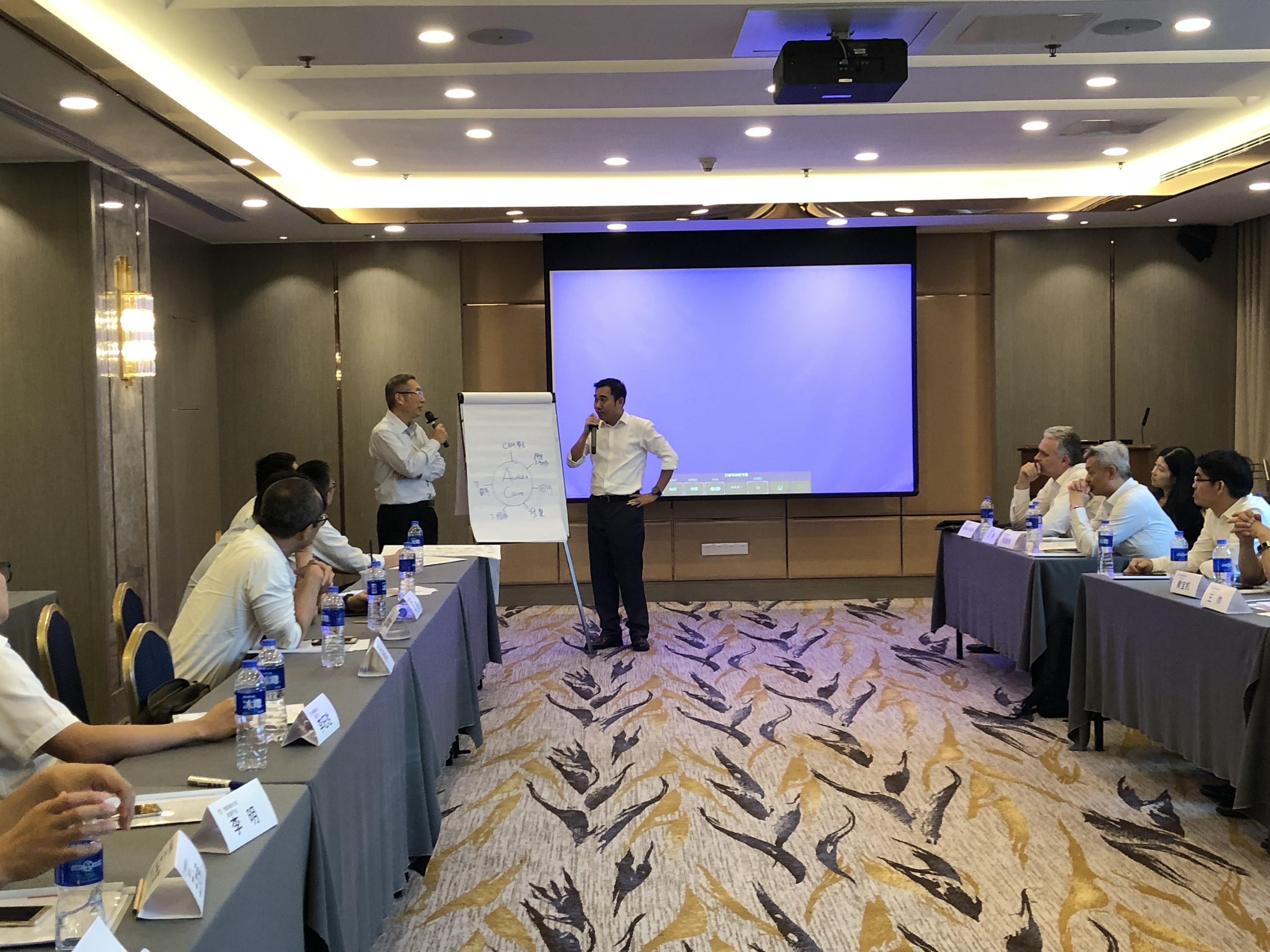 家具产业运营中心廖登熙总经理(左)提出震旦物联网构想