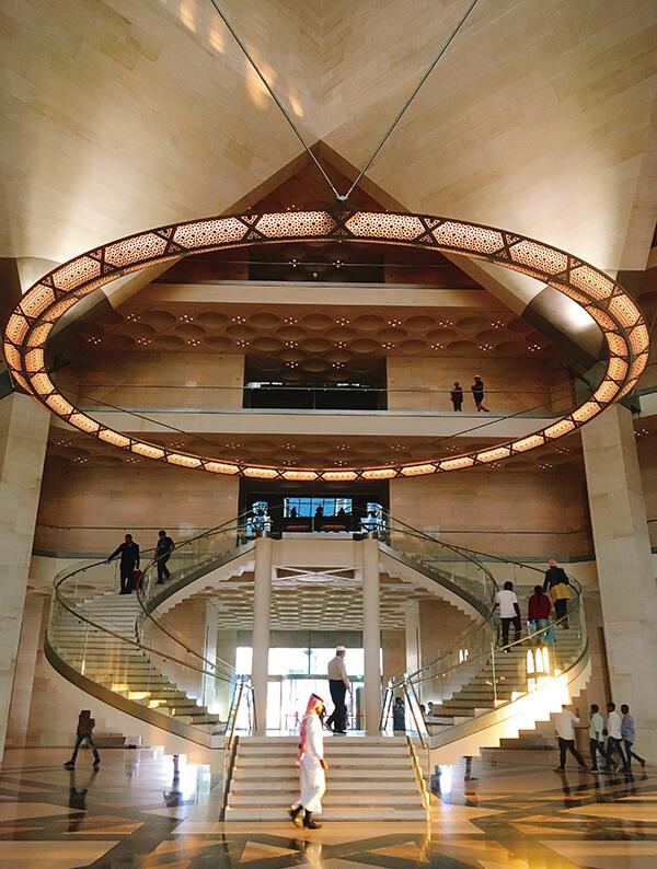 美术馆中庭,以环状吊灯与回旋楼梯,搭配穹顶与墙面的+三角、矩形,形成对称又和谐的几何线条。