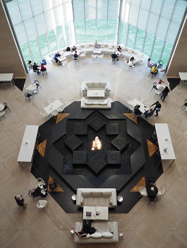 中庭北边以正对杜哈天际线的大面窗景,形成流泉咖啡座+的开阔空间氛围。