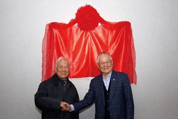 陈永泰创办人(右)与北京大学李伯谦教授出席揭牌仪式