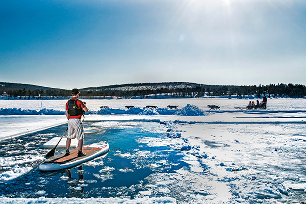 ▲部分融雪而成的水域,还可以体验站立式划桨(SUP)的乐趣。 Photo Markus Alatalo
