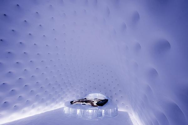 """▲2017年ICEHOTEL的艺术套房""""Meltdown""""。 Design Rob Harding _ Fabian Jacquet Casado;Photo Asaf Kliger"""