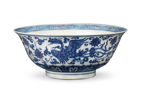 明宣德.青花碗+碗的外壁绘画缠枝花卉双凤纹,以首尾相接的形式环绕一圈,营造前后追逐的景象。(图二)