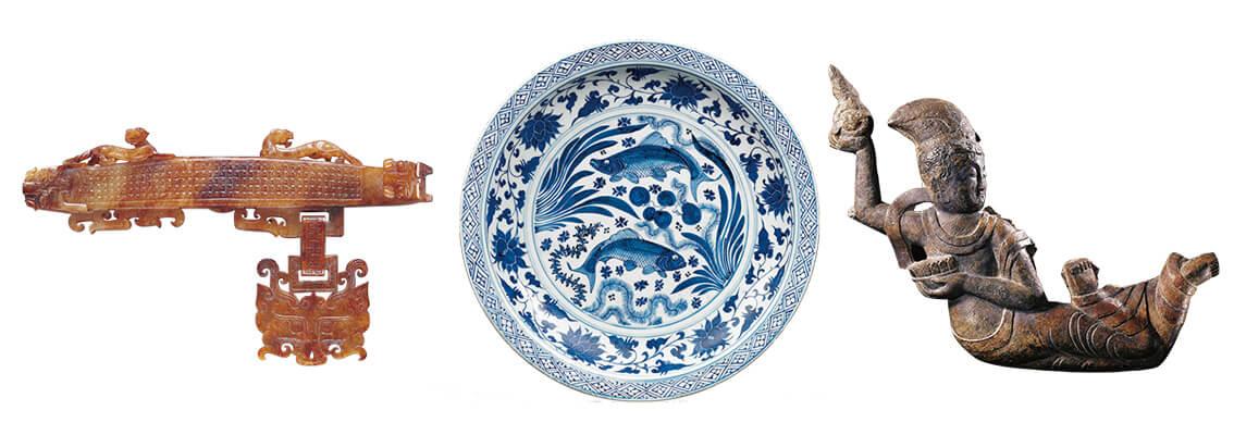 (左)战国晚期+玉兽首大带钩(中)元代+青花双鱼藻纹大盘(右)北齐+飞天像