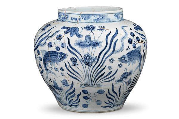 明宣德.青花罐 青花罐的体型庞大,鱼藻纹样稿安排在腹身宽阔处,方便观者欣赏。(图四)