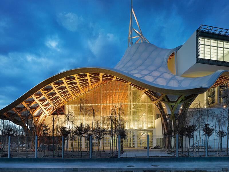 曾获普立兹克建筑奖的日本知名建筑师坂茂,一向喜爱利用木料与纸筒等自然素材进行创作。