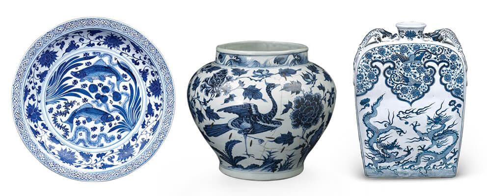 (左)青花鱼藻纹大盘、(中)青花孔雀牡丹纹大罐、(右)青花双龙戏珠纹四系螭耳扁壼