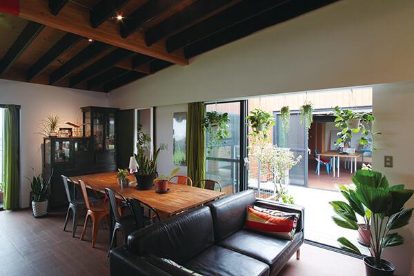 「简舍」一楼西侧设有露台,与餐厅、厨房连结,创造更多活动空间