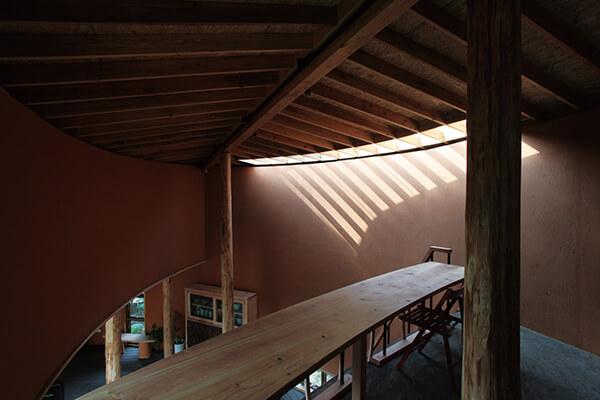 「四口之家」利用废弃的稻杆制成隔热效果佳的预铸墙,让建材取自大自然,也容易回归大自然