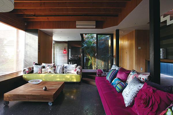 一楼高度原以8尺合板长度最为经济,但会让天花板产生压+迫感,因此简祺珅让客厅采取下凹式的半开放设计,产生+更开敞的高度