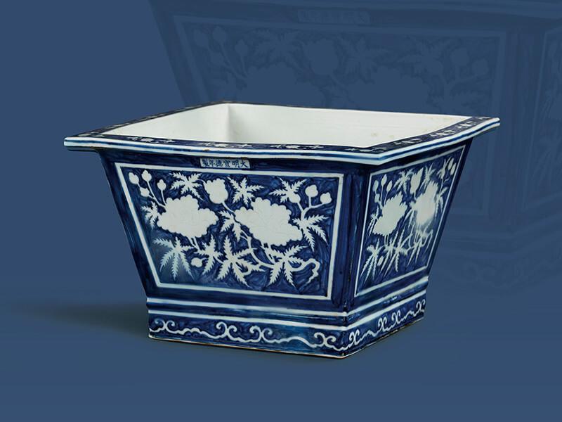 明宣德.青地白花折枝芙蓉方形盆+折枝芙蓉配合器面形状,以左右并列的组合装饰在四方盆的外壁。(图一)