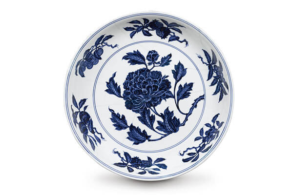 明宣德.青花折枝牡丹纹盘+折枝牡丹位于中央,以硕大的花朵和盛开的花容,呈现雍容华贵的气势。(图二)