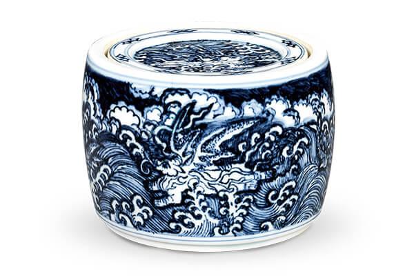 明宣德+.波涛海兽纹蟋蟀罐+此器绘画波涛海兽纹为主题,以细腻的笔触在环状构图上铺陈出波涛汹涌的气势。(图五)