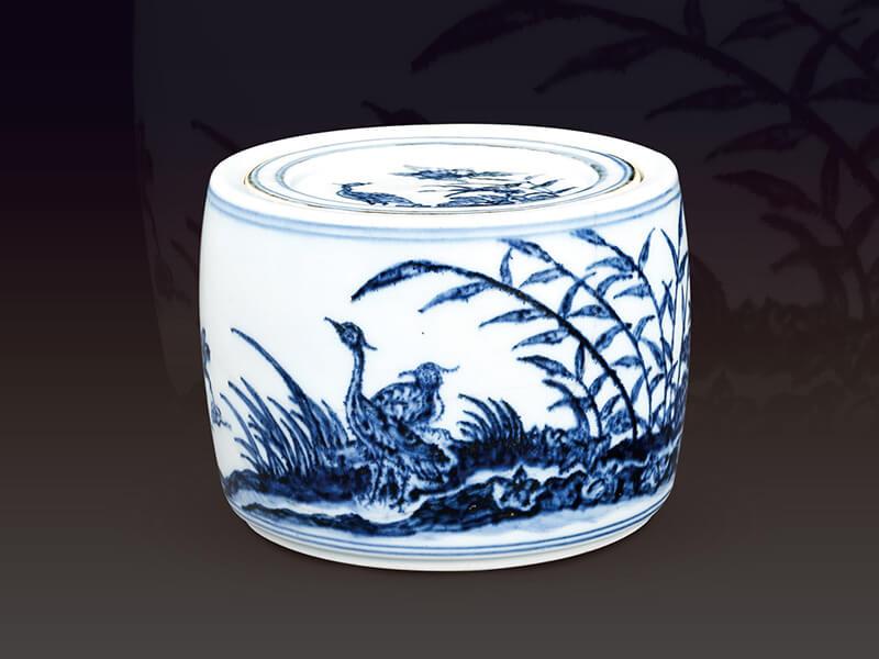 明宣德.芦苇鹭鸶纹蟋蟀罐+此器以芦苇鹭鸶纹为主题,随风摇曳的芦苇搭配形态各异的鹭鸶+,呈现自然生态景观。(图一)