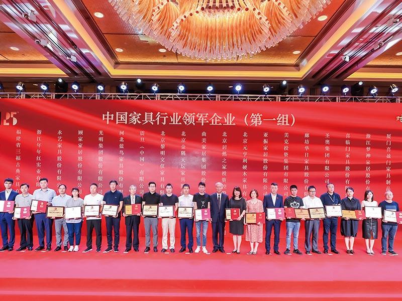 ▲震旦家具运营中心廖登熙总经理(左起9)代表震旦上台领奖