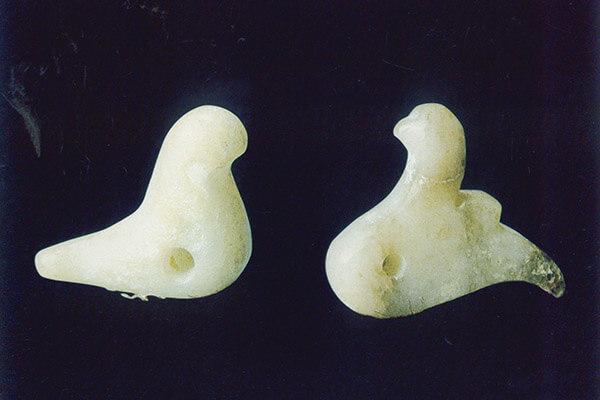 微型圆雕动物玉器器身穿凿系带孔(图一)