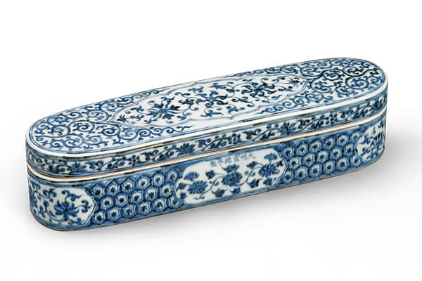 明宣德.青花笔盒+此器源自于伊斯兰金属器,盒内配合伊斯兰地区的绘画习惯,制成多格式的设计。(图三)