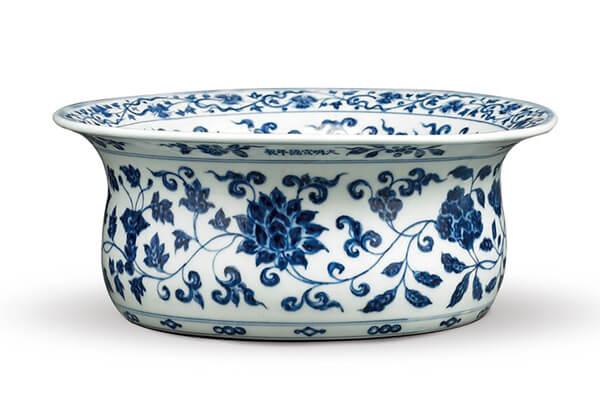 明宣德+.青花圆洗+此器源自于伊斯兰金属器,内外器表布满青花纹饰,呈现浓厚的外来风格。(图五)