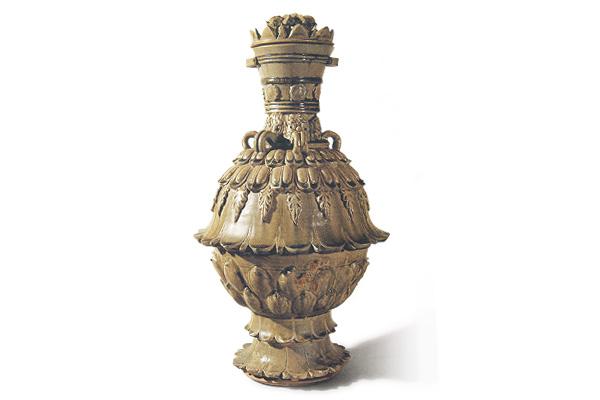 北朝.青瓷莲花尊 器形高大,表面以高浮雕和线雕莲花为饰,釉面玻化感强、流动性大,呈现北朝青瓷之特色。(图五)