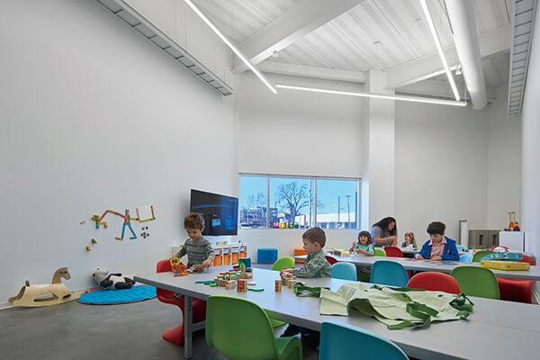 建筑外形虽然简约冷冽,内部空间却尽量做到人性温暖。