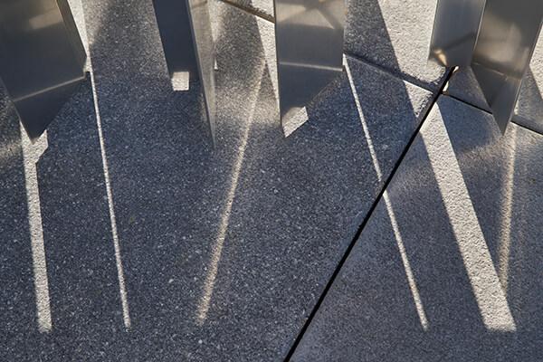 光影的交互掩映,是空间当中最动人的细节。