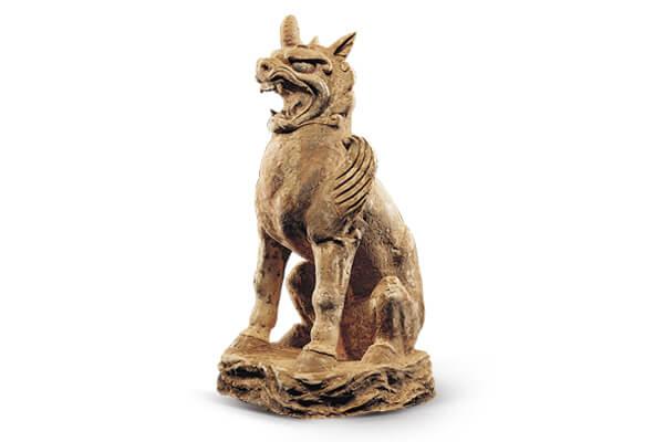 唐代.加彩狮子俑+狮子睁眉怒目,注视前方,前肢竖直,后腿屈膝,蹲坐于台座上,姿态挺拔威猛。(图二)