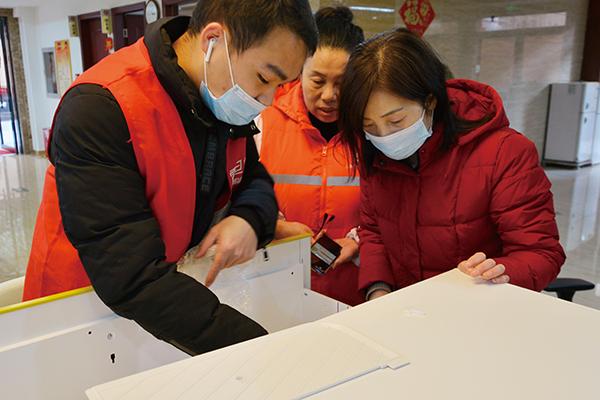 震旦志愿者演示钢柜用法