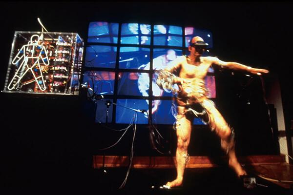 图三:斯特拉瑞克(Stelarc),Ping身体(Ping+Body),1996年。将身体控制权通过互联网交由远端观众控制。