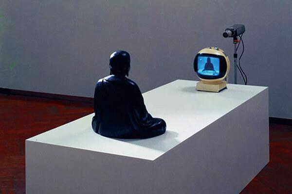 图六:白南准(Nam+Jung+Paik)《电视佛陀》,1975年。+