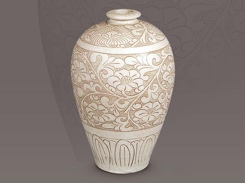 北宋.白釉珍珠地线刻梅瓶+珍珠地线刻细小而密集的分布在主纹以外的地子上,可以发挥良好的衬托效果。(图一)+图片来源:《中国出土瓷器全集12河南》,页139。