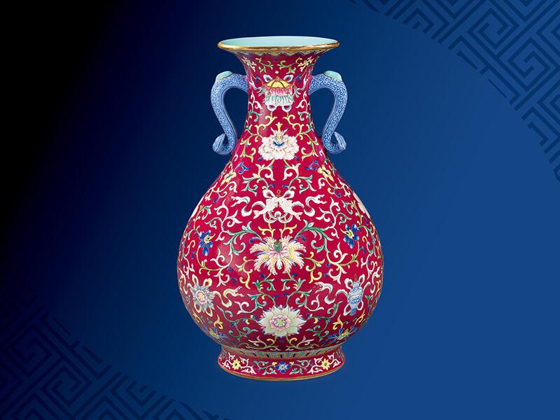清+乾隆+红地洋彩八吉祥纹如意双耳玉壶春瓶+高32公分/震旦博物馆提供+